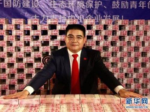 """Đại gia Trung Quốc """"tạo dáng"""" bên 16 tấn tiền"""