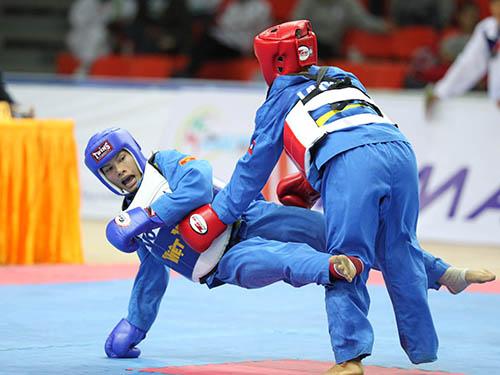 Kim Hoàng (trái) trong pha tấn công ở trận chung kết hạng cân 55 kg