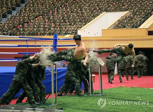 Binh sĩ Triều Tiên diễn tập hôm 28-12. Ảnh: Yonhap