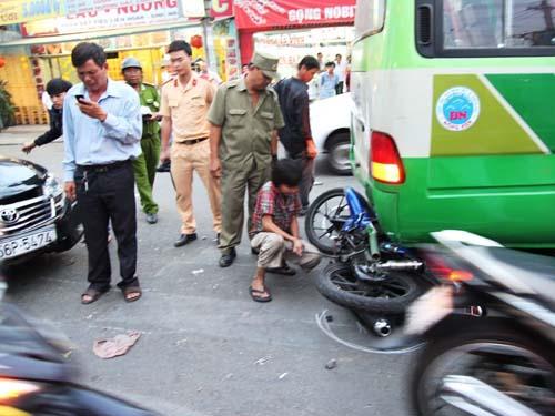 Hiện trường vụ tai nạn xe ô tô bốn chỗ húc vào xe máy chị Quỳnh khiến chị bị gãy chân.