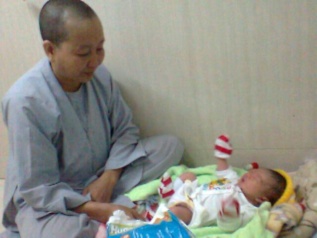 Sư cô Quảng Hiền đang chăm sóc bé gái bị bỏ rơi