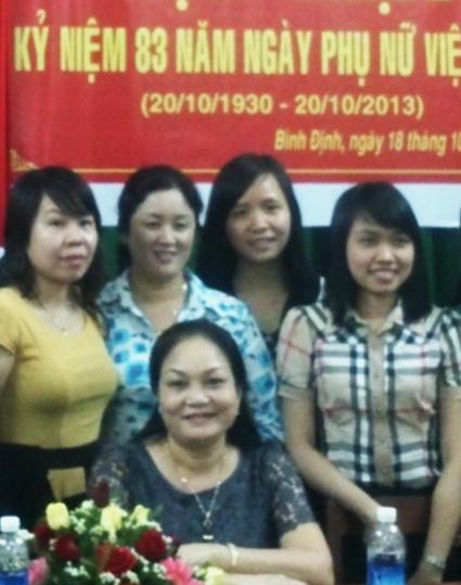 Bà Vũ Thị Thu Hương (hàng đứng, thứ hai từ trái qua)