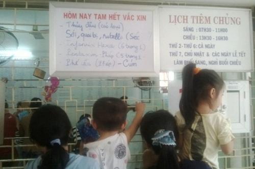 Trước cửa Trung tâm Y tế dự phòng TP Đà Nẵng treo biển hết vắc-xin
