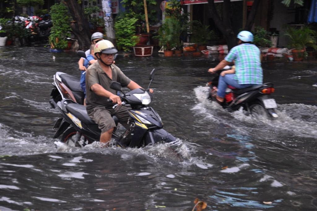 Trên đường Phan Anh, có đoạn nước ngập sâu hơn 1 m