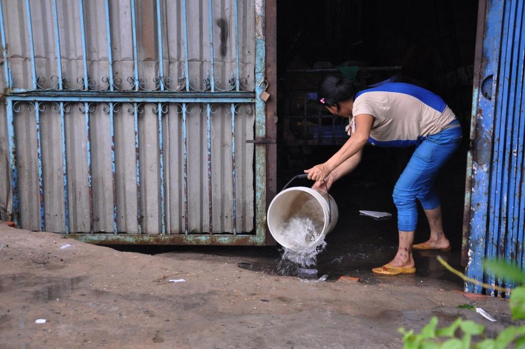 Nước tràn vào nhà, người dân hì hục tát nước