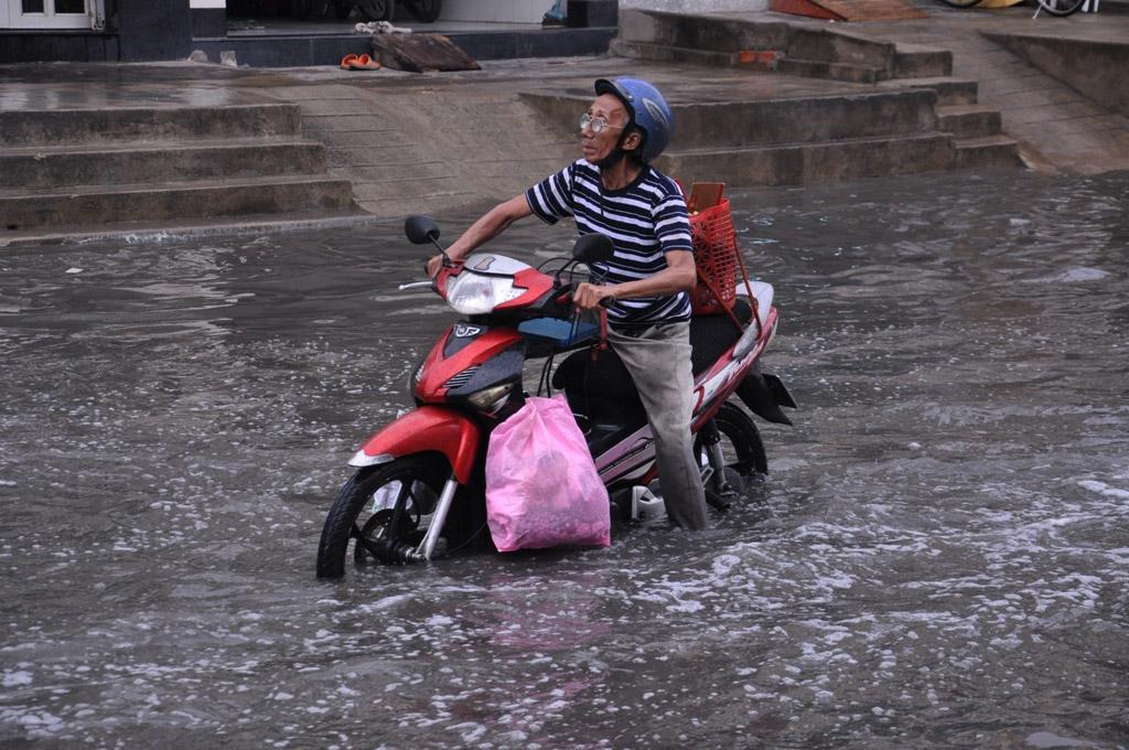 Người dân khổ sở với nước ngập trên đường Tân Hóa