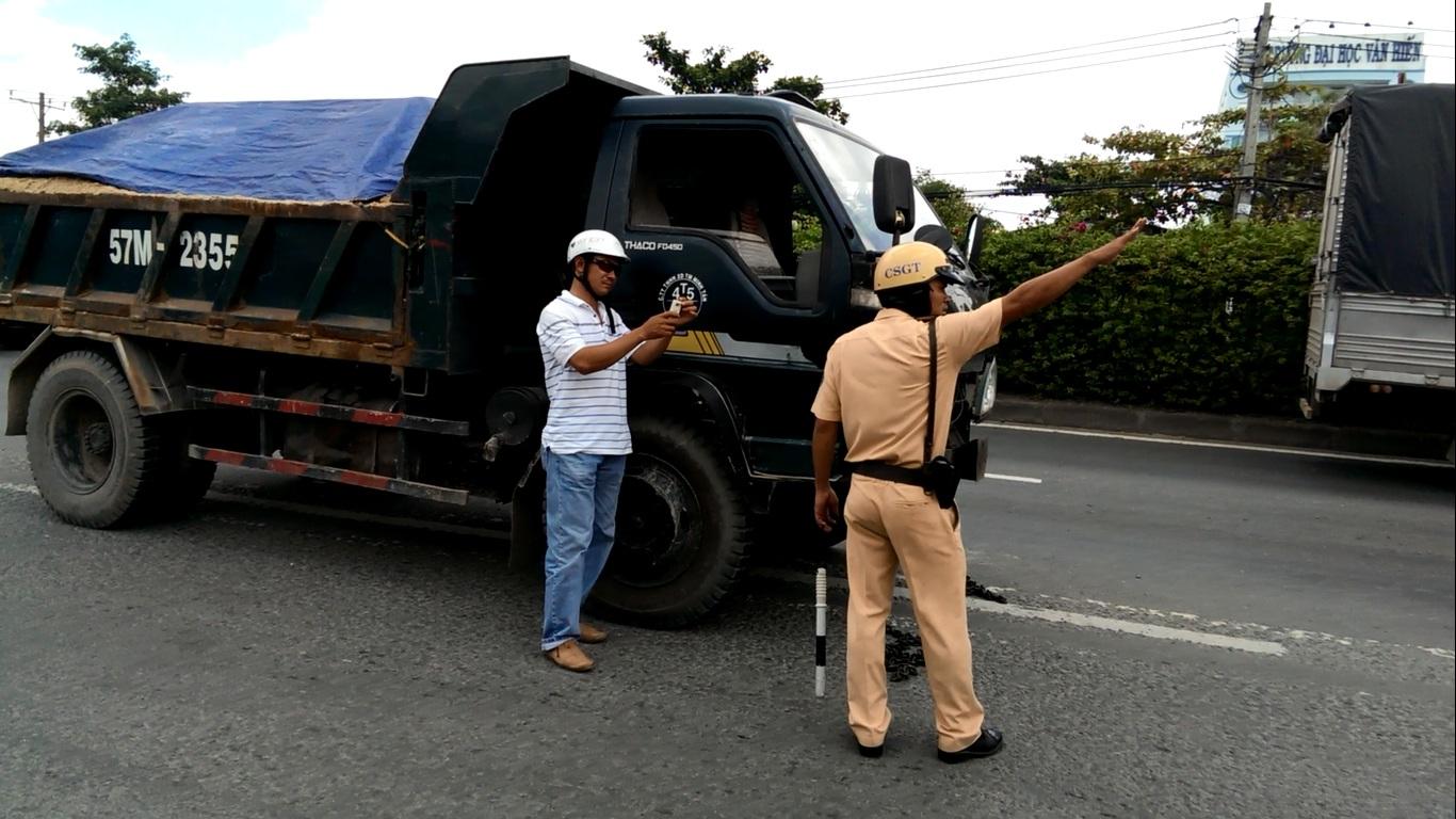 Tài xế và chủ xe chống đối không cho lực lượng chức năng kiểm tra, di dời phương tiện (ảnh cắt từ clip do công an cung cấp)