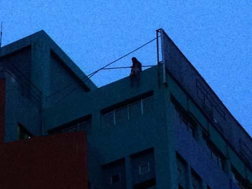 Cô gái ngồi trên nóc tòa nhà định tự tử