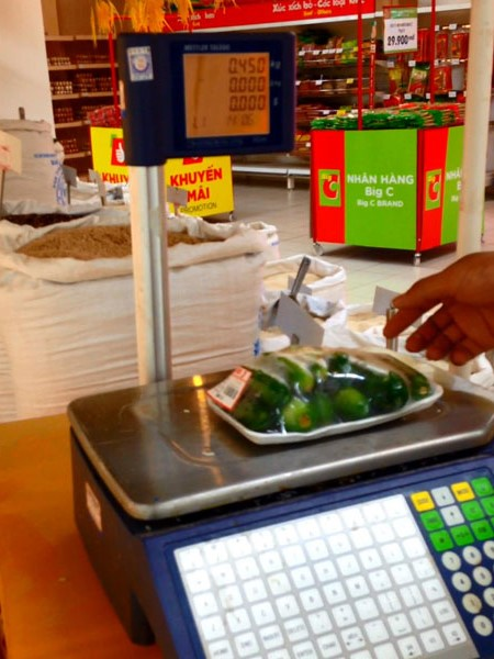 Bịch dưa cân tại quầy bán gạo chỉ có 0,45kg