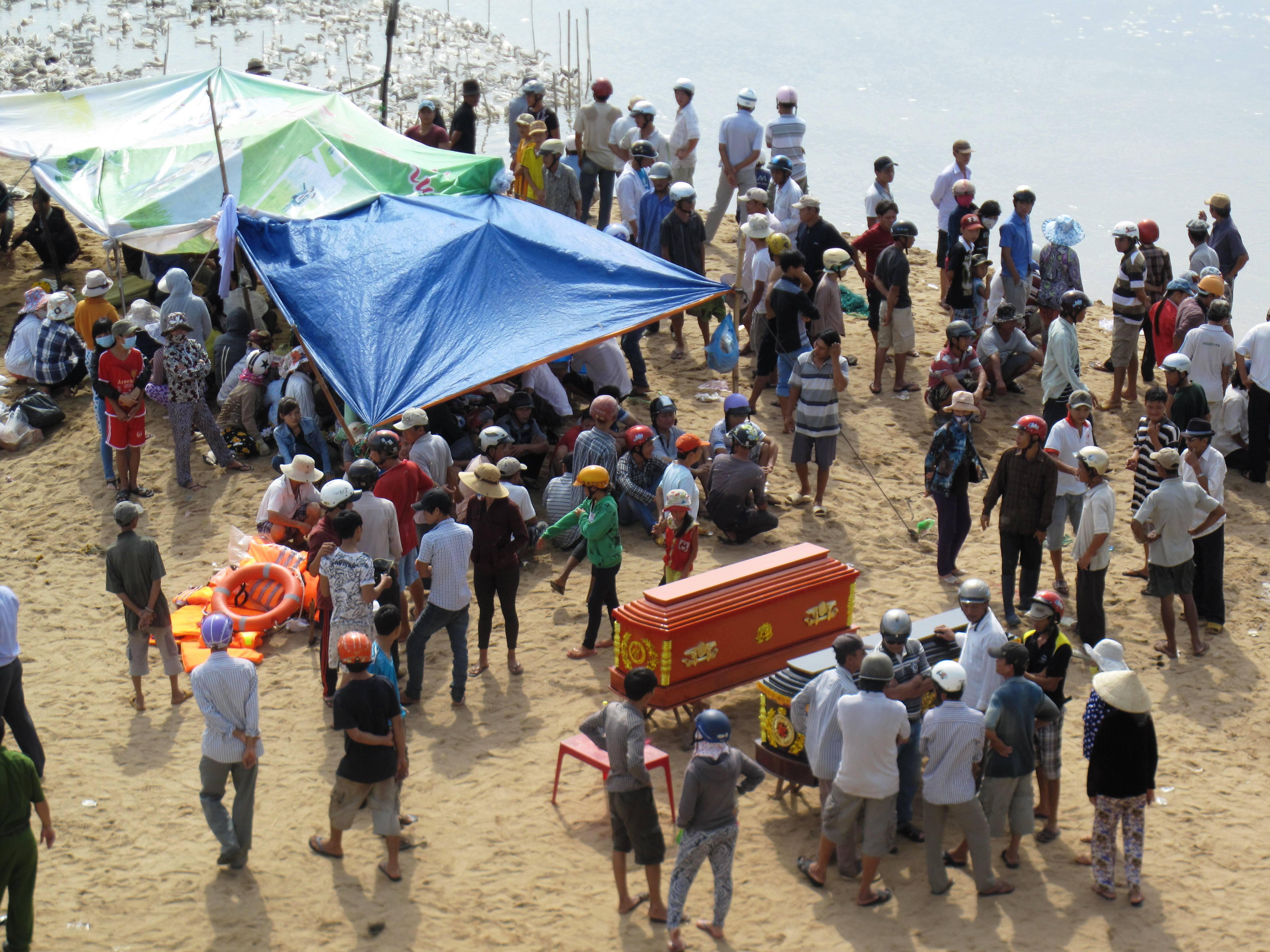 Rất đông người dân tham gia tìm xác 2 nạn nhân