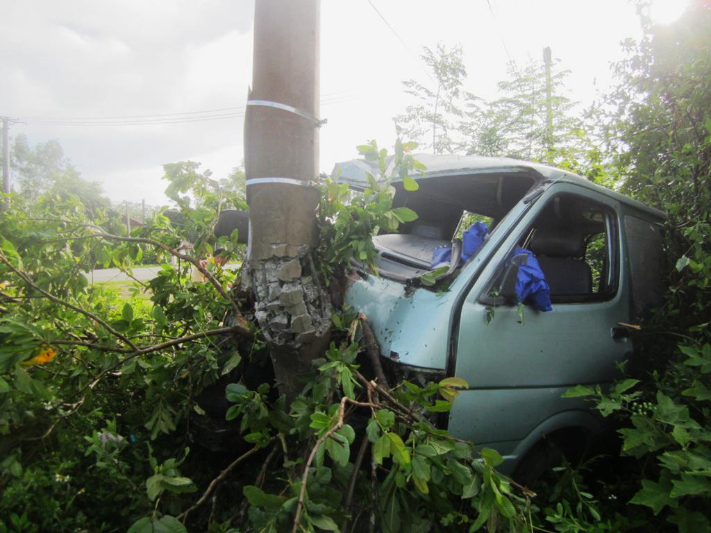 Cột điện trung thế bị xe ô tô tông gãy