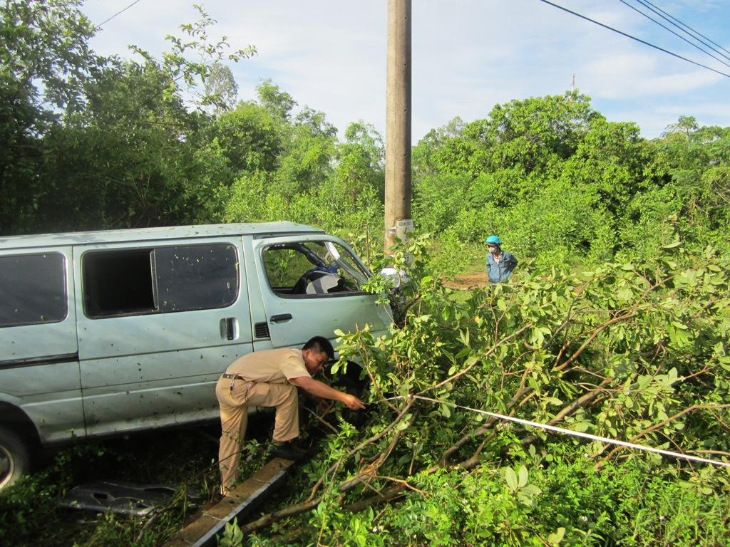 Chiếc xe khách (đã hoán cải) liên tục tông đổ các chướng ngại vật mới chịu dừng lại
