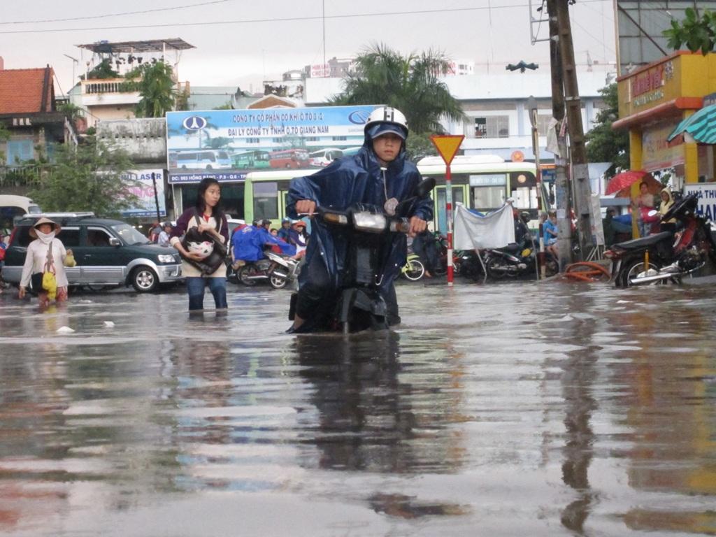 Cơn mưa to chiều 6-9 khiến đường sá biến thành sông. Ảnh: G.Minh