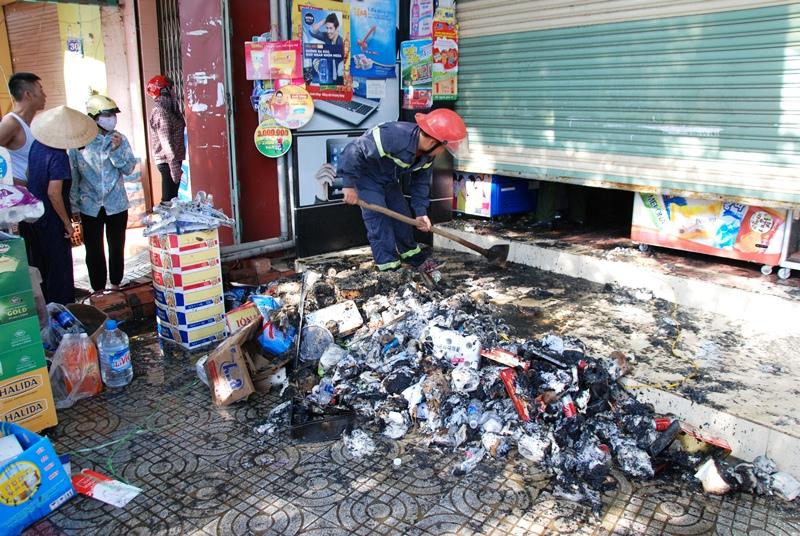 Đồ đạc bên trong cửa hàng bị cháy hoàn toàn