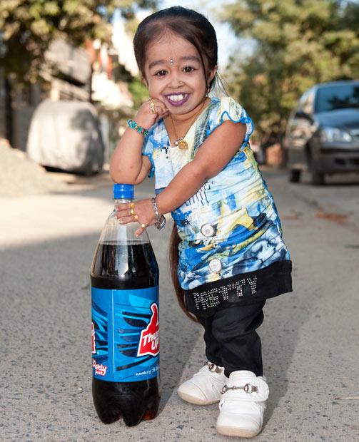 Cô gái 20 tuổi người Ấn Độ chỉ cao hơn chai nước ngọt một chút.
