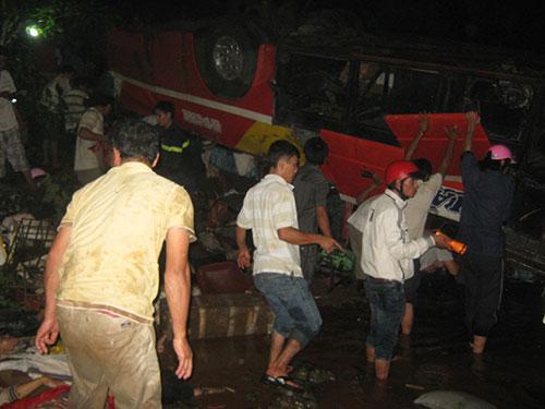 Người dân phá xe để cứu nạn nhân trong vụ xe khách rơi xuống sông Sêrêpốk năm 2012