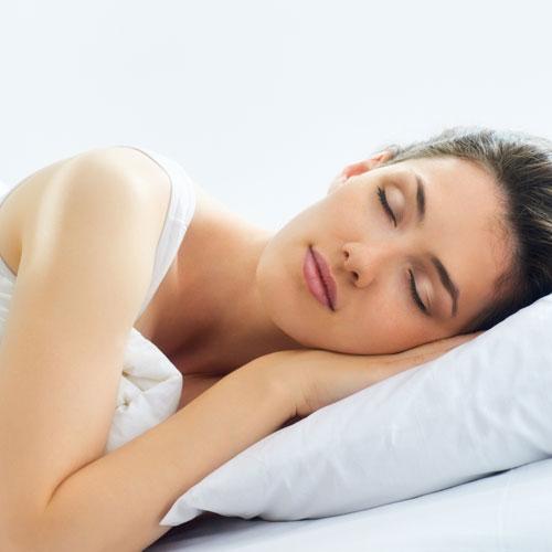 Bạn sẽ dễ bịmụn nhọt và dị ứng nếu không tẩy trang trước khi ngủ