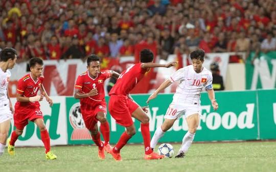 Công Phượng đi bóng trong trận gặp U19 Myanmar