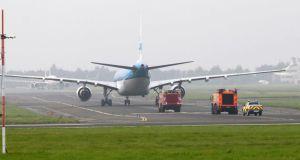 Chuyến bay KL-765 hạ cánh an toàn ở Shannon. Ảnh: Press 22