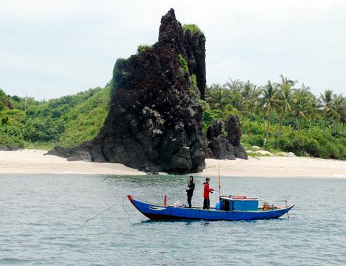 Xã đảo An Bình (đảo Bé), huyện đảo Lý Sơn nhìn từ phía biển. Ảnh:Trí Tín.