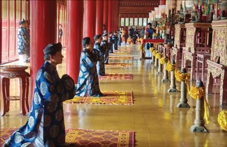 Hậu duệ Nguyễn Phước tộc làm lễ cúng đầu năm ở Thế Miếu, nơi thờ các vua triều Nguyễn. Ảnh: Cảnh Tăng
