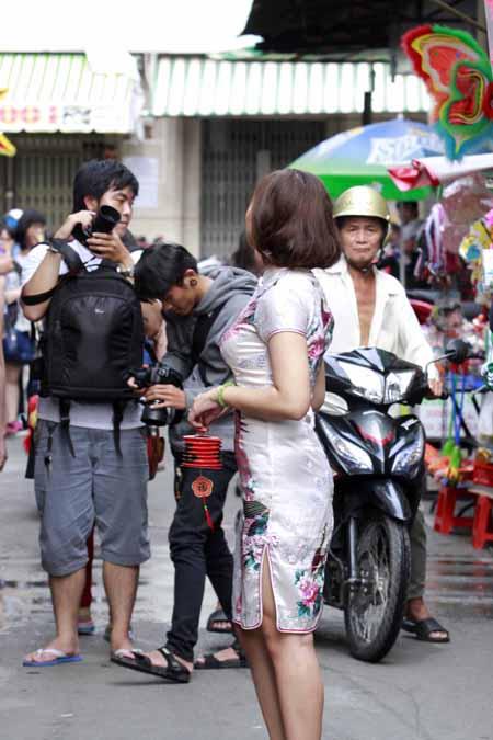 Dòng người đông đúc và xe cộ nhưng các thiếu nữ vẫn tự nhiên tạo dáng trước ống kính vì niềm đam mê chụp ảnh