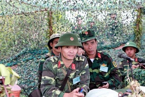 Tại sở chỉ huy dã chiến, Đại tá Hà Quang Vinh, Sư đoàn trưởng Sư đoàn 3 lệnh cho các đơn vị vào vị trí chiến đấu.