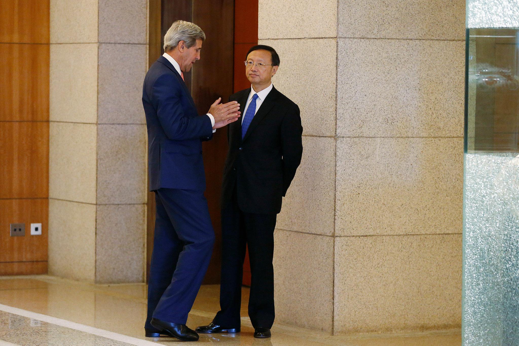 Ngoại trưởng Kerry và Ủy viên Quốc vụ Trung Quốc Dương Khiết Trì. Ảnh: New York Times