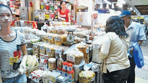 Mực khô, mực tẩm và mực xé sẵn không nguồn gốc bán tràn lan ở chợ Bình Tây (TPHCM). Ảnh: Lê Nguyễn