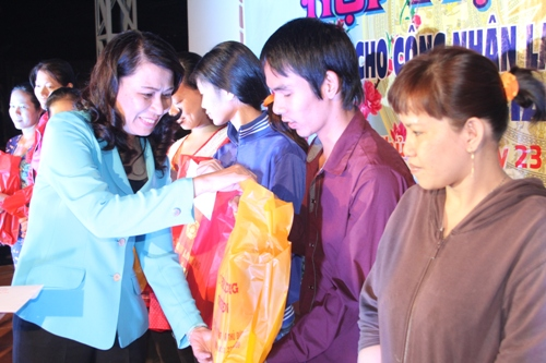 Bà Nguyễn Thị Thu, Chủ tịch LĐLĐ TP HCM tặng quà và lì xì cho người lao động