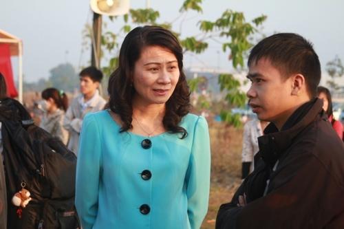 Bà Nguyễn Thị Thu, Chủ tịch LĐLĐ TP HCM thăm hỏi công nhân trước giờ khởi hành