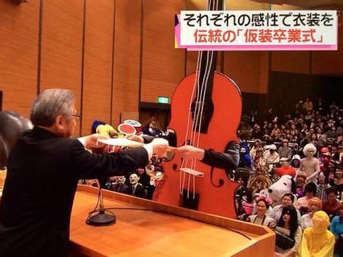 Hóa thân thành đàn cello lên nhận bằng