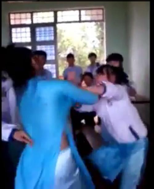 Hình ảnh nữ sinh ngang nhiên đánh bạn trong lớp. Ảnh cắt từ clip