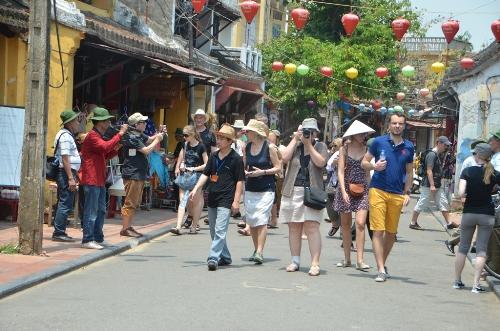 Du khách nước ngoài tham quan phố cổ Hội An ngày 23-4