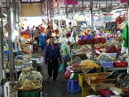 Khu chợ có hơn 120 quầy, mỗi ngày cung ứng hơn 6 tấn thủy hải sản khô.