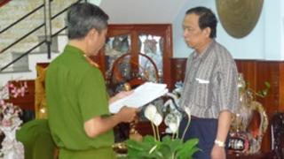 Đại diện cơ quan CSĐT đọc lệnh khám xét nhà ông Kiệt ở TP Quy Nhơn