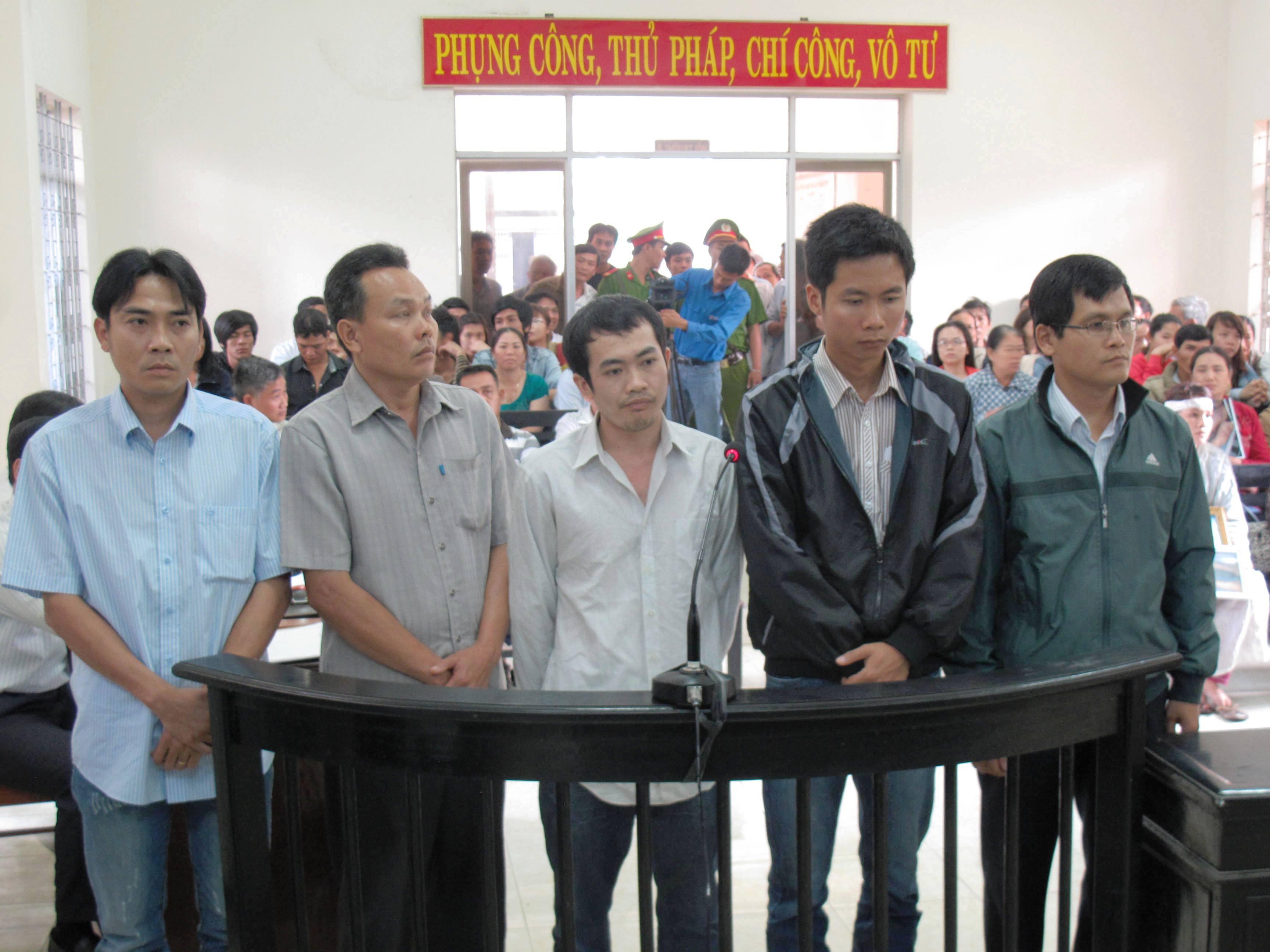 5 bị cáo bị cho là đã dùng dùi cui đánh đến chết nghi can Ngô Thanh Kiều