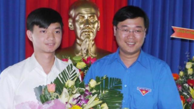 Anh Nguyễn Minh Triết (bên trái) làm Phó Bí thư Tỉnh đoàn Bình Định nhiệm kỳ 2013 - 2017