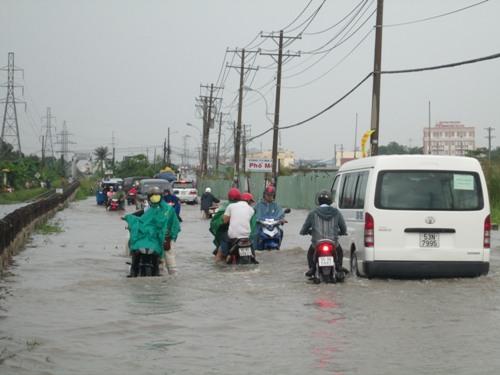 Nước ngập hơn nửa bánh xe trên đường Kha Vạn Cân (quận Thủ Ðức)