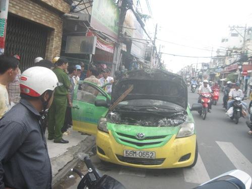 Hiện trường vụ cháy xe taxi