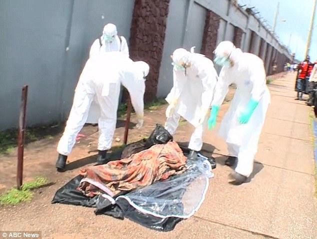 Các nhân viên tang lễ định mang nạn nhân đi chôn cất. Ảnh: ABC News