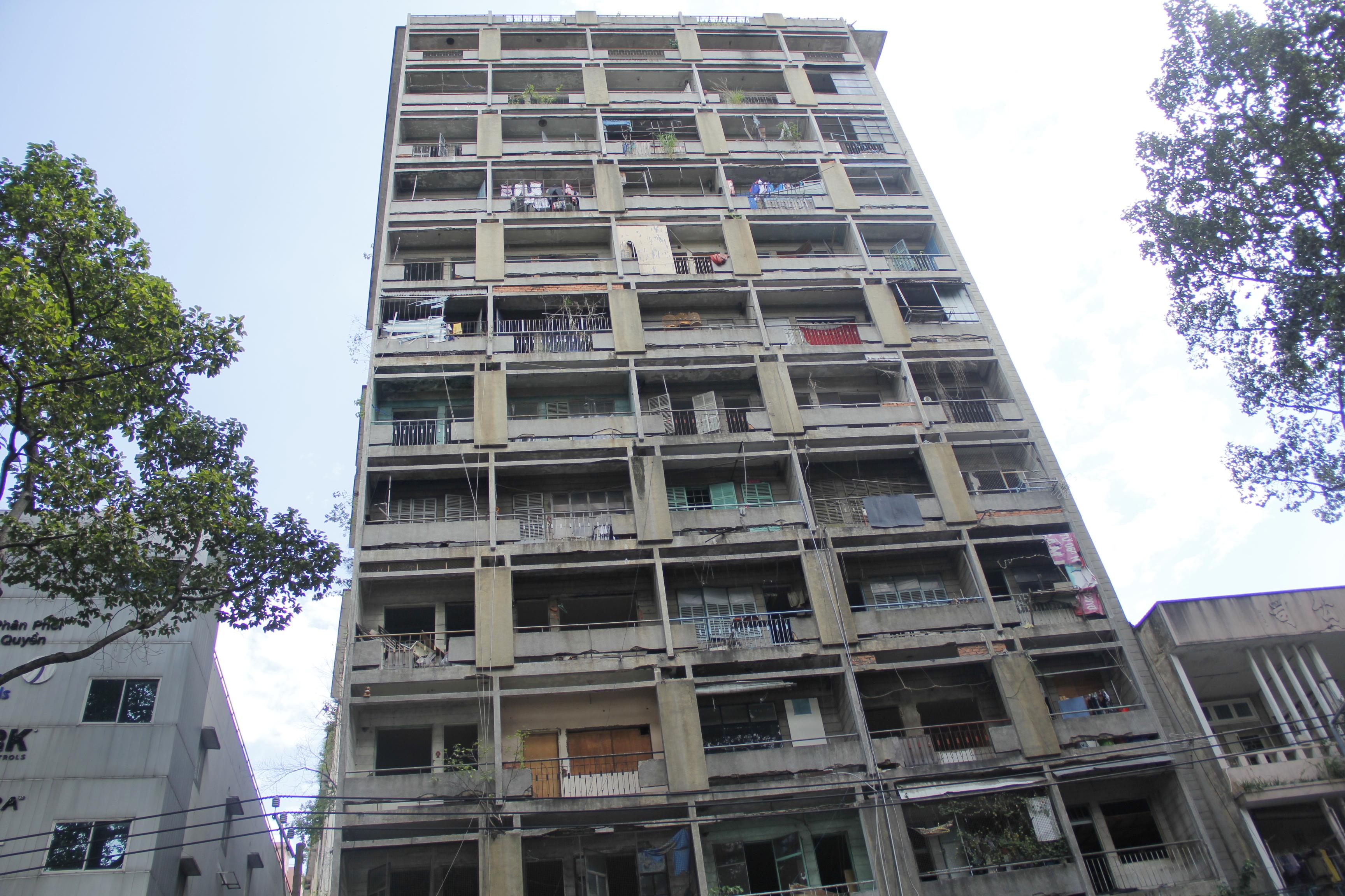 Nổi bật nhất phải kể đến chung cư 727 Trần Hưng Đạo (quận 5). Chung cư được xây dựng từ năm 1966 với quy mô gần 600 căn hộ. Năm 2008, quận 5 tiến hành giải tỏa vì chung cư đã quá xuống cấp nhưng đã 6 năm trôi qua, công tác giải tỏa di dời vẫn chưa dứt điểm. Hiện tại vẫn còn hàng chục hộ dân đang sinh sống nơi đây
