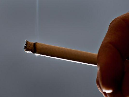 Chỉ vì làm rớt điếu thuốc trong xe, người đàn ông suýt trả bằng mạng sống của mình. Ảnh: Bloomberg