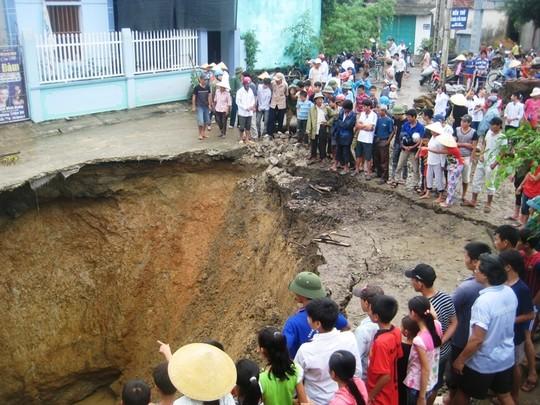 Hố tử thần bất ngờ xuất hiện ở Thanh Hóa ngày 28-10. Ảnh: Tuấn Minh