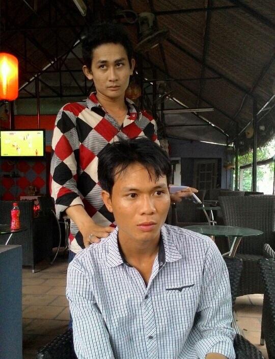 Đối tượng Võ Văn Linh (ngồi) khi vừa bị tóm