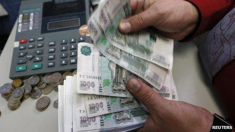Kể từ đầu năm 2014, đồng rúp Nga mất hơn ¼ giá trị. Ảnh: Reuters