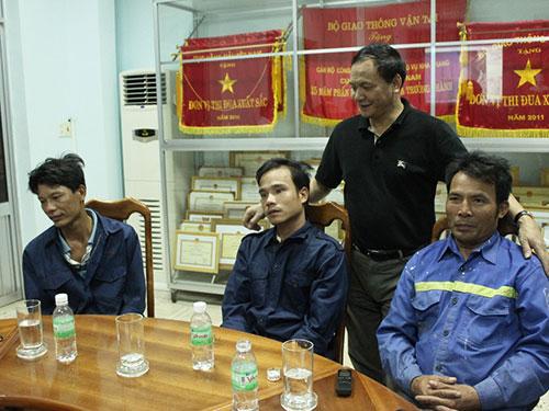 Ông Nguyễn Nhật (đứng), Cục trưởng Cục Hàng hải, động viên 3 thuyền viên được cứu sống