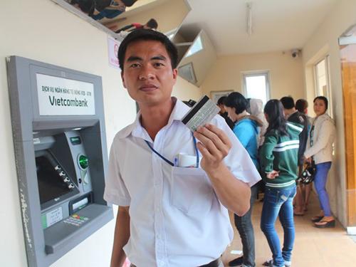 Nhiều công nhân lao đao vì cầm cố thẻ lương ATM. Ảnh minh họa, chụp tại KCN Biên Hòa 1