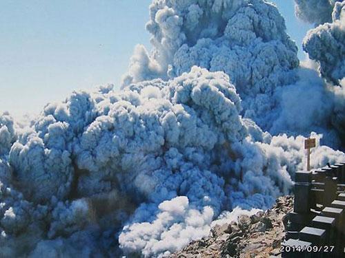 Ngọn núi lửa Ontake phun trào làm chết 57 người hồi cuối tháng 9. Ảnh: AP