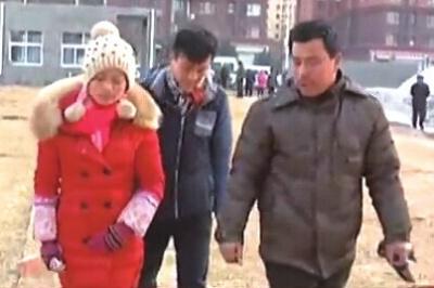 Hai người đàn ông Trung Quốc tới đồn cảnh sát trình báo vì mất vợ. Ảnh: ECNS